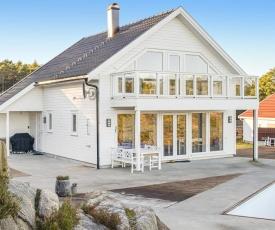 Beautiful home in Grimstad w/ Outdoor swimming pool, Sauna and 3 Bedrooms