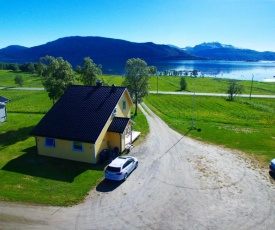 The Yellow House, Close EVE Airport & Lofoten