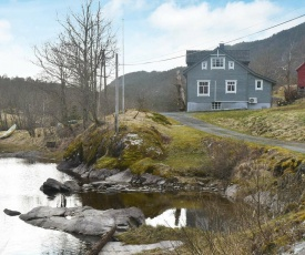 Three-Bedroom Holiday home in Florø 2