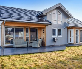 Awesome home in Arendal w/ Jacuzzi, WiFi and 5 Bedrooms